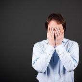 разочарованный человек, положив руки на его лице — Стоковое фото