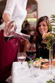 Serveren van rode wijn in een restaurant — Stockfoto