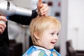 Małe dziecko pierwsze uderzenie suche fryzjerka — Zdjęcie stockowe