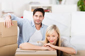 Couple With Cardboard Boxes At Home — Stockfoto