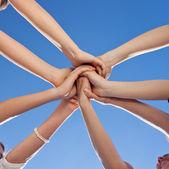 Adolescentes mostrando unidad y compromiso — Foto de Stock