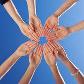 студенты и учителя руки вместе против голубого неба — Стоковое фото