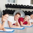 Group of people relaxing while training at the gym — Stock fotografie