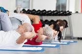 Familj med fitness boll tränar crunches i gym — Stockfoto