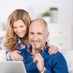 couple marié se détendre autour d'un ordinateur portable — Photo