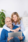 Couple With Laptop In Living Room — Stock Photo