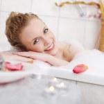 güzel kadın bir köpük banyosunda rahatlatıcı — Stok fotoğraf