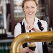 Smiling barmaid serving draft beer — Foto Stock