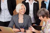 Duas mulheres de negócios, discutindo um projeto — Foto Stock
