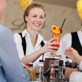 Gast einen tropischen cocktail serviert wird — Stockfoto