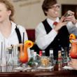 mixen van cocktails in de bar — Stockfoto