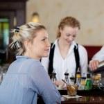 Молодая женщина, сидя в баре — Стоковое фото