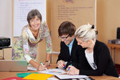 Manager supervising the work of the employees — Stock Photo