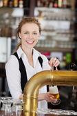 微笑酒吧女在职草案啤酒 — 图库照片