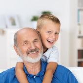 Dedesi torununu ile gülüyor — Stok fotoğraf
