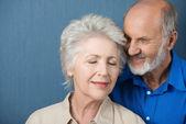 Elderly couple share a tender moment — Stock Photo