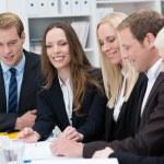uśmiechnięta młoda kobieta w spotkanie biznesowe — Zdjęcie stockowe