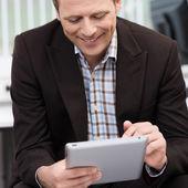Usmívající se muž pomocí počítače tablet pc — Stock fotografie