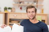 Knappe jonge man ontspannen thuis — Stockfoto