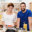 Young couple cooking spaghetti — Foto Stock