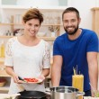 Young couple cooking spaghetti — ストック写真