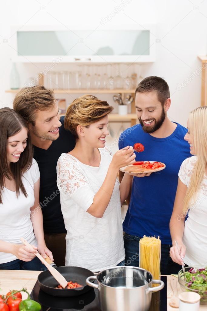 J venes amigos cocinando juntos foto de stock racorn for Cocinando para los amigos