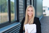 Smiling businesswoman outside the office — Stockfoto