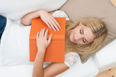 Young woman fallen asleep while reading — Stock Photo