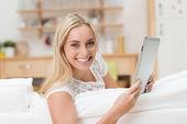 Hayat dolu güzel bir kadın ile bir tablet — Stok fotoğraf