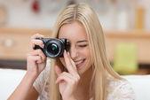 Jolie jeune femme prend une photo — Photo