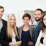 lachende vertrouwen groep van mensen uit het bedrijfsleven — Stockfoto