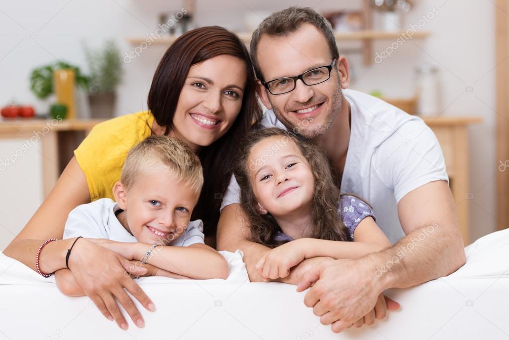 родители смотрят как сын и дочь