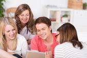 Gruppe von jungen studenten betrachten eine tablette — Stockfoto