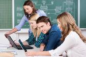 Jonge tiener studenten werken in de klas — Stockfoto