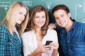 Tres estudiantes adolescentes durante un receso en las clases — Foto de Stock