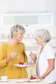 Two women enjoying coffee and cake — Stock Photo