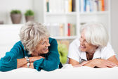 Two elderly female friends having a chat — Stock Photo