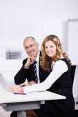 Two colleagues working in the office — Stock Photo