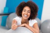 Rire femme afro-américaine dans une salle de sport — Photo