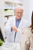 Verstrekking geneeskunde vriendelijke apotheker — Stockfoto