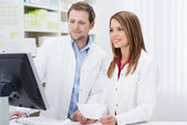 Two pharmacists fulfilling a prescription — Stock Photo