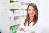 Pewnie młodych kobiet farmaceuty — Zdjęcie stockowe