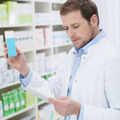 Pharmacist fulfilling a prescription — Stock Photo