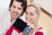 Couple pose for a selfie on their mobile — Stock Photo