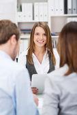 Corretor de investimento sorridente, falando com clientes — Fotografia Stock