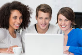 Smiling young business team working together — Stockfoto