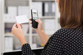 Woman dialing a number on a business card — Foto Stock