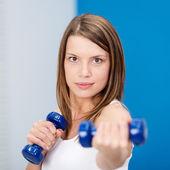 Genç kadın ağırlık belirlenir — Stok fotoğraf