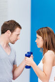 Couple working out at the gym — Stock Photo