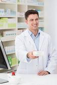 フレンドリーな薬剤師の処方箋を分配 — ストック写真